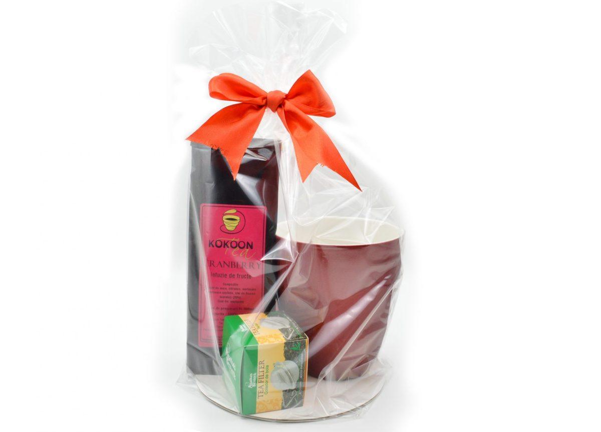 Cadou rosu format din cana, ceai si infuzor